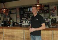 Café-eigenaar schrijft lied voor alle lege kroegen in Nederland: 'We zijn er nog!'